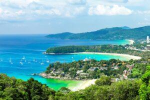 Blick über die Strände von Kata und Karon auf Phuket vom Kata Aussichtspunkt, dem Start Ihrer Reise