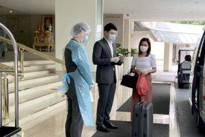 Thailändische Heimkehrer beim Ckeck-Out aus einem Quarantänehotel
