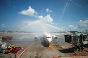 Ein Flugzeug am Flughafen von Phuket welches mit einer Wasserfontaene begruesst wird