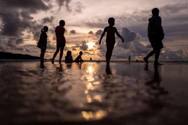 Menschen vergnügen sich am Sonntag an einem Strand in Phuket, Thailand, Sandbox Reise