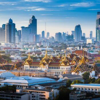 Sonnenaufgang über Bangkok, mit dem Grand Palace der im Sonnenlicht glänzt, Bangkok, Thailand