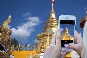Touristin fotografiert den Wat Phra That Doi Suthep in Chiang Mai, Thailand