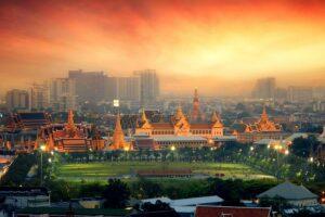 Der Tempel Wat Phra Kaew in der Dämmerung in Bangkok, Thailand