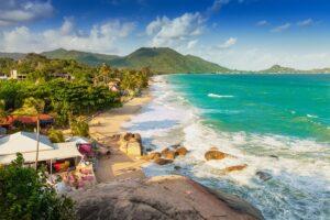 der Lamai Strand auf Koh Samui, mit Touristen die im Meer baden