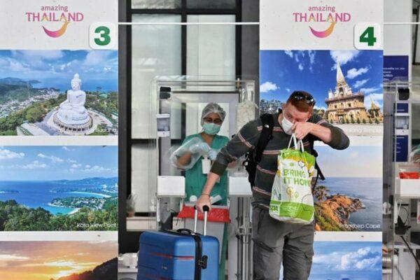 internationaler Tourist am Flugahfen von Phuket nach dem ersten PCR Test