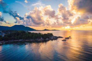 Blick aus der Vogelperspektive auf die Insel Koh Samui bei Sonnenaufgang, Thailand, Samui Plus Sandbox Reisen