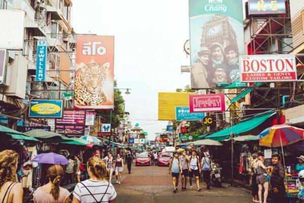 Blick in die Khao San Road von Bangkok, welche vor der Pandemie ein beliebtes Ziel bei Touristen war.