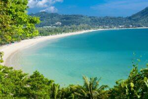 Die beeindruckende Bucht vom Kamala Strand in Phuket, Thailand
