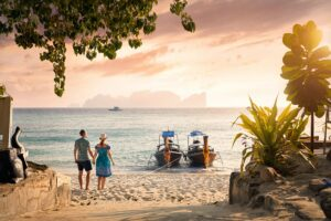 Glückliches-Paar-am-tropischen-Strand-von-Koh-Phi-Phi-bei-Sonnenuntergang-im-Süden-Thailand, Thailand neu entdecken