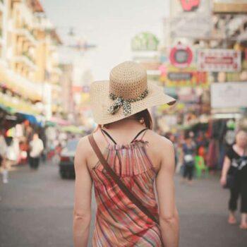 Rückseite-einer-Touristin-auf-der-bei-Touristen-beliebten-Khao-San-Road,-Bangkok,-Thailand