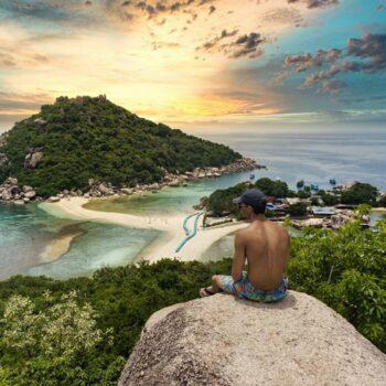 Tourist der vom Aussichtspunkt auf Koh Nang Yuan, eine Insel nahe Koh Tao, über Koh Tao schaut