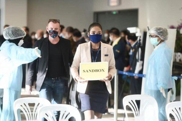 Touristen die im Rahmen des Phuket Sandbox Programmes nach Phuket gereist sind und am Flughafen angekommen sind