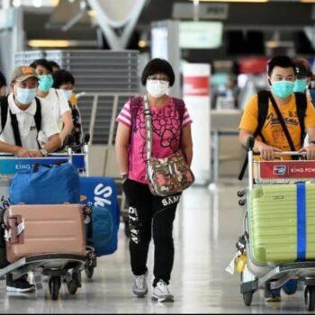 Toiuristen die am Flughafen von Bangkok ankommen