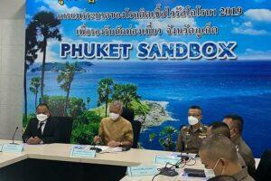 Regierungsbeamte von Phuket, die auf einer Pressekonferen verkünden, dass bereits über 42.000 Touristen begrüßt wurden.