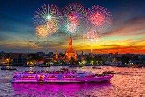 Neujahrsfest mit Blick auf dem Wat Arun und der Grand Pearl in Bangkok, Thailand