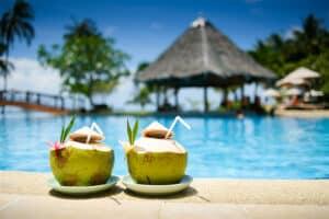 2 geöffnete Kokosnüsse am Pool in Thailand, trinkbereit